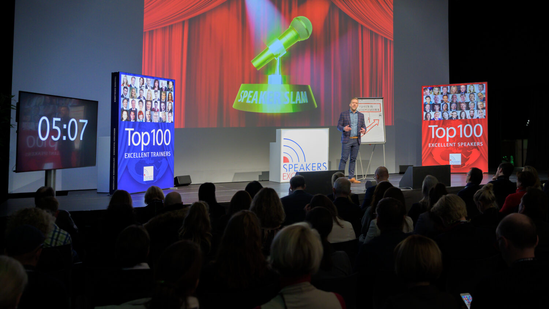Keynote Speaker Ludwigsburg und Stuttgart Egmont Roozenbeek auf der Bühne beim Schweizer Speaker Slam