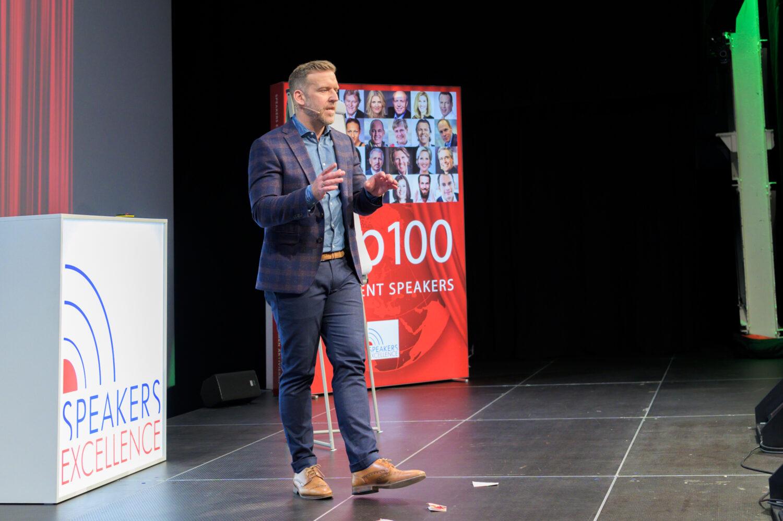 Keynote Speaker Ludwigsburg und Stuttgart Egmont Roozenbeek auf der Bühne beim 1. Speaker Slam Swiss
